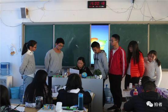 △2018年12月20日,禄劝一中,清淡班的英语先生正在挨个问门生考试中遇到的题目。