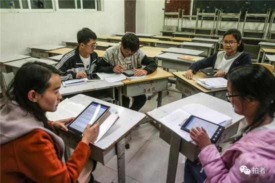 △历史先生(左一)把文科培优班的四位同学荟萃在一间空教室里给他们补课。在培优班上,他们的历史收获比班上的其他同学要弱一些。