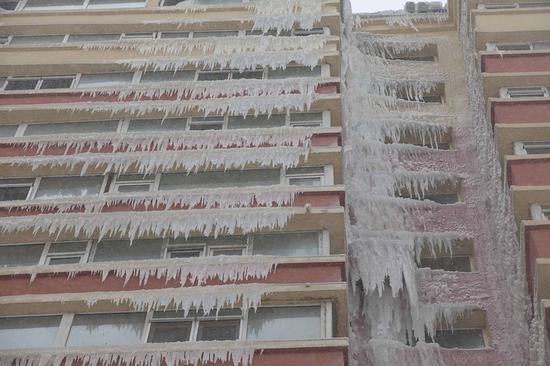 冬天太阳能开水器漏水凝结冰瀑