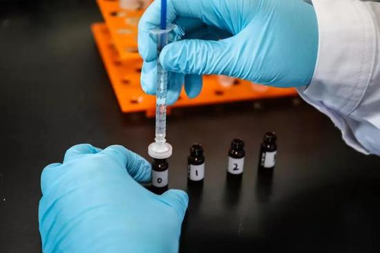 8、将样品放入超高效液相色谱-串联质谱仪测定,并进走数据分析和处理