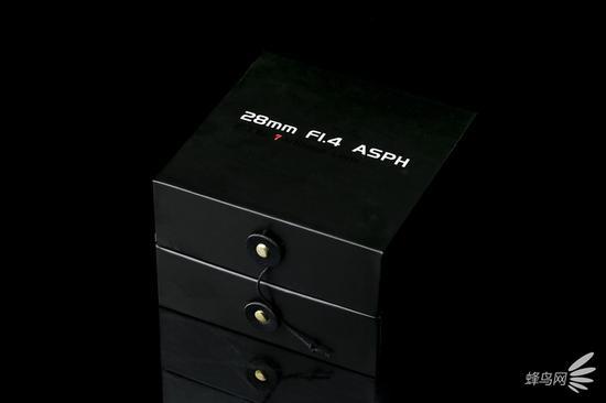 七工匠 28mm F1.4 ASPH的镜头包装盒