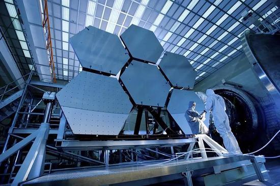 静待升空的詹姆斯·韦伯空间望远镜或许能找到宇宙中最早的分子。