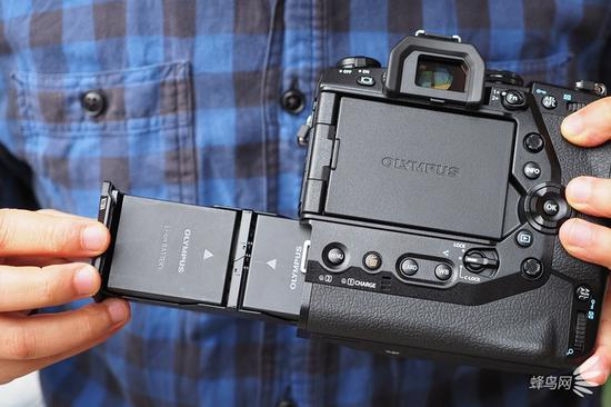 奥林巴斯E-M1X的手柄采用了两块独立电池