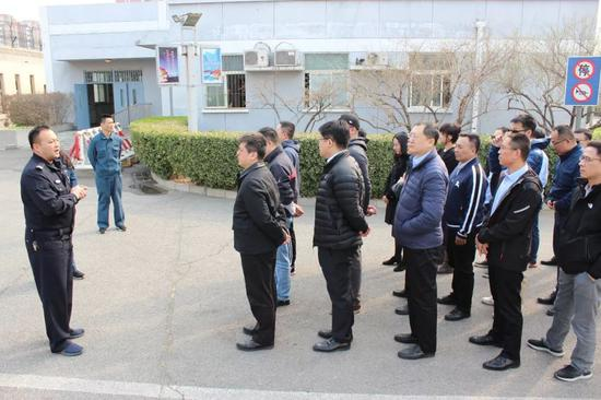 图片:民警正在讲解进入监区的注意事项