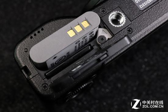 新电池并没有采用正反区分设计……即使触点朝外,也能放入电池仓