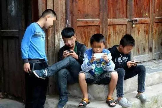 留守儿童存在的问题_中国穷人的孩子,正在被手机废掉 网瘾 农村 留守儿童_新浪科技 ...