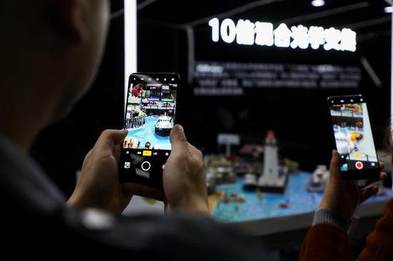 ↑现场用户体验OPPO Reno 10倍混合光学变焦技术