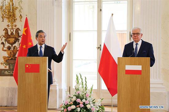王毅与雅采克・查普托维奇出席新闻发布会 新华社7月9日摄