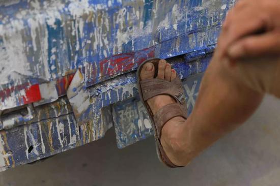 马龙的脚趾上沾上了红色颜料。刘飞越 摄