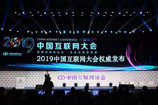 2018年中国手机市场总体出货量4.14亿部 降幅较上年扩大3.4个百分点