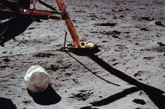 阿波羅計劃期間,宇航員們丟棄在月面上的一包人類排泄物