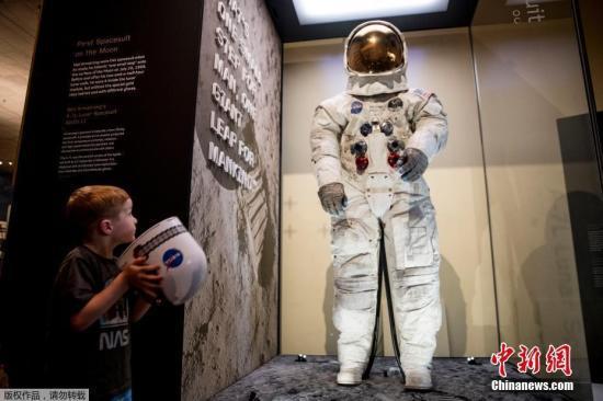 当地时间7月16日,在美国华盛顿的国家航空航天博物馆,美国宇航员阿姆斯特朗的登月宇航服向公众展出。