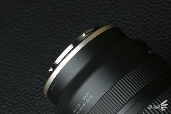 """腾龙17-28mmf/2.8DiIIIRXD尾部的""""辉耀金""""装饰圈"""