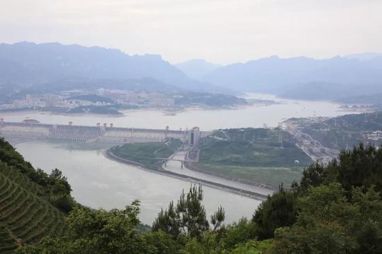 从化石产地远眺三峡大坝(图片来源:南京古生物所)