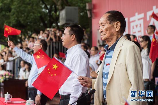 2019年9月16日,袁隆平(前右一)在长沙出席湖南农业大学2019级本科新生开学典礼。 新华社发(陈思汗摄)
