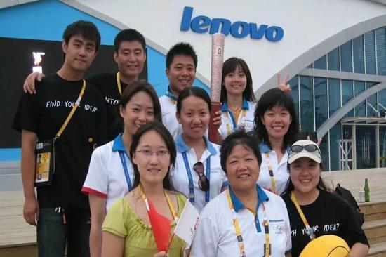 退休后的周玲秀(前排中)在2008北京奥运会担任联想志愿者