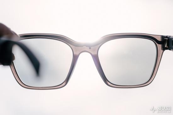 在逆光下能看到藏在镜圈内的导线