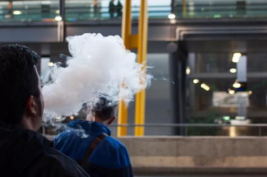 惬意吞吐之间,无数隐患正入侵烟民的身体。/图虫创意