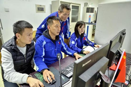 ▲张巍、张田甜、赵峰等测试人员在电测