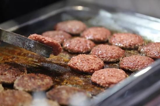 2019第二屆中國國際進口博覽會上,美國IMPOSSIBLE公司用人造肉制成漢堡包請觀眾品嘗。