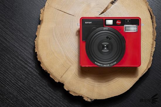徕卡相机公司推出红色SOFORT相机,提供了两种不同时长的自拍延时