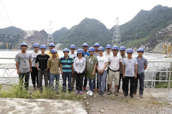 在FAST现场工作的年轻人 供图:中国科学院国家天文台