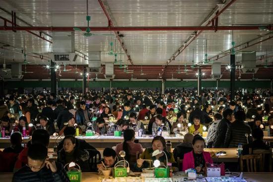 广东一个营业市场内,数百商家用淘宝直播卖玉器,场面喧嚣鼓噪。