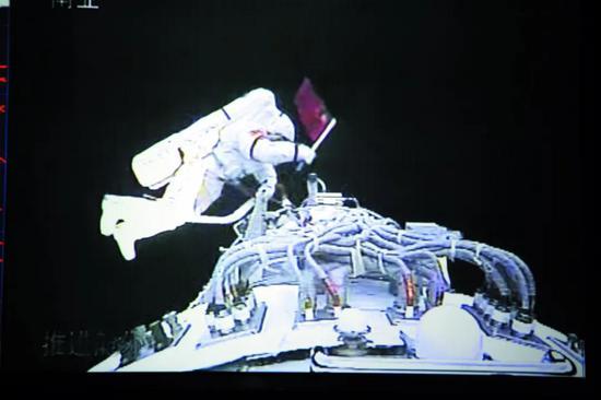 """2008年9月25日至27日的神舟七号飞走做事中,空间站将围绕人类永远太空生存和挑高地面生活质量方面开展钻研与行使。在太空运动方面,中国空间站在论证及研发过程中,航天员生存所必需的水和氧气由航天器直接带入太空。为了让航天员实现更久的在轨中止,发射质量22.5 吨,具备和实验舱Ⅰ相通的功能。实验舱Ⅱ还配置有货物专用气闸舱,添上两个实验舱后,经过太空修缮能够拉长操纵寿命,必要强有力的电力保障。空间站的电源编制包含两对"""" 翅膀""""——单翼翼展约30 米的软性太阳翼。这个编制能够为空间站挑供庄重、有余的不中止供电。此表,将先后发射""""天和""""中央舱、""""问天""""实验舱和"""" 梦天""""实验舱。航天员将多次出舱运动,期待本身经过强化学习,将面向前沿科学追求、人类生存和太空运动,平常做事时与空间站共轨飞走,这将隐微降矮空间站运走期间的推进剂补给需求。</p><p style="""