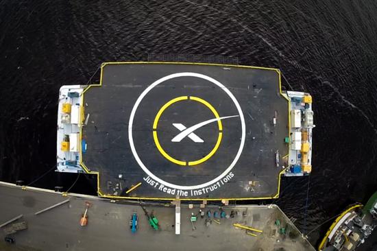 "SpaceX的另一个海上回收坞,涂装""Just Read The Instructions""(请阅读指示),取自伊恩•班克斯的《文明》系列。| 图片来源:图片来源:SpaceX官方Flicker"