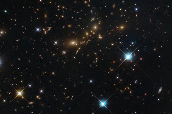 量子涨落可能是早期宇宙中大尺度宇宙结构(如星系团)的温床。(图片来源:NASA, ESA, Hubble and RELICS)