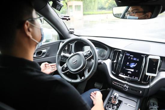 车辆一直处于自动驾驶模式,安全驾驶员的双手是离开方向盘的。如遇突发情况,安全驾驶员会接管车辆。