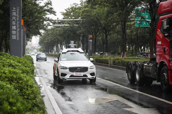 在博园路上和其他社会车辆混行的自动驾驶车辆。