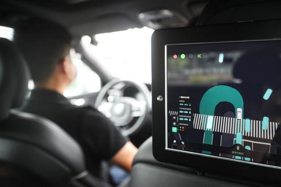 """车内配备智能屏,能够全景""""监控""""实时路况和信号灯情况。"""