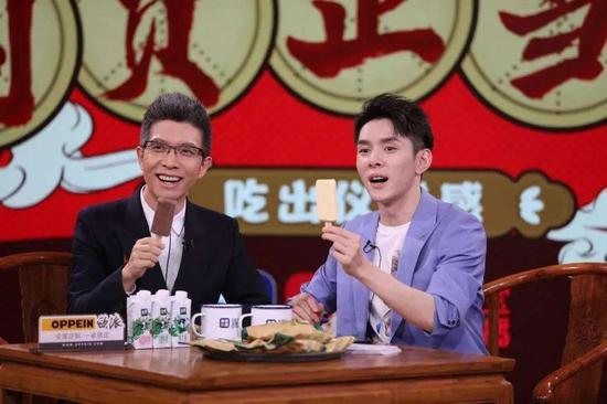 李佳琦和央视主持人朱广权合体为湖北直播带货 /图源:网络