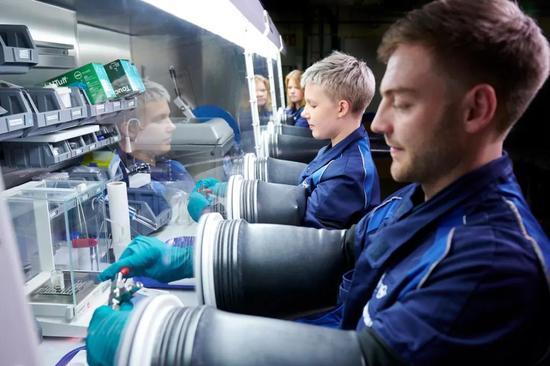 在德国慕尼黑附近的宝马汽车研究中心,技术人员正在处理电池材料。来源:宝马集团