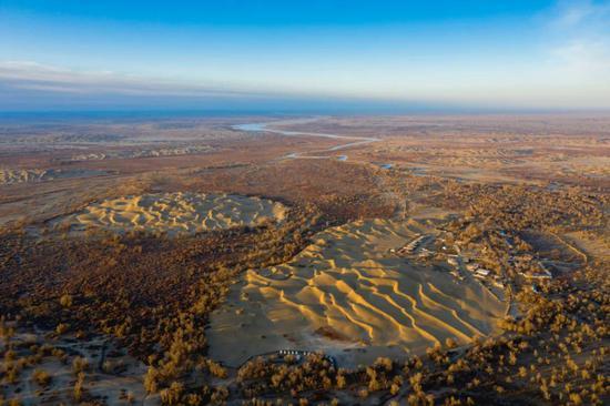 当代克里雅河下游的达里雅布依乡| 远处可见河水逆光。这是克里雅河滋润的末了一小我类聚落,随后便断流在沙漠内地。但在西汉时期,克里雅河曾穿过塔克拉玛干沙漠汇入塔里木河。摄影师@丁丁