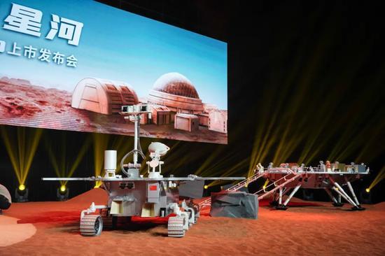 1:1着陆平台(右)和火星车(左)