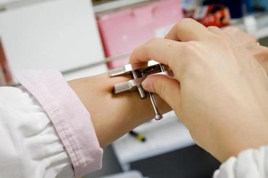 研究人员们展示这一技术的原型(图片来源:NTU Singapore)
