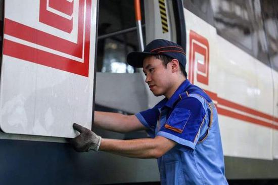 工作人员正在对地铁列车进行检修维护