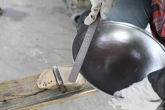 无涂层的铝制炒锅容易与金属炒勺摩擦增加铝溶出量