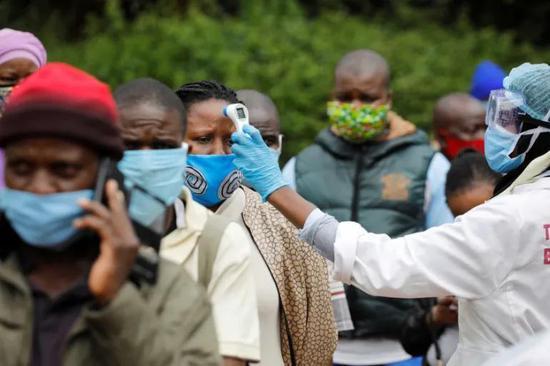 笼罩在疫情的阴影之下 | Aljazeera.com, Baz Ratner