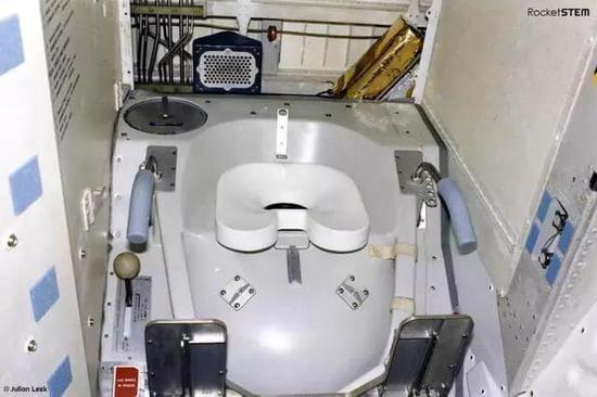 90年代最先操纵的国际空间站厕所。图片来源:RocketSTEM