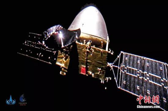 """原料图:2020年10月1日,中国国家航天局发布中国首次火星探测义务天问一号探测器飞走图像,图上的五星红旗光彩夺现在,表现出艳丽的中国红。这是中国天问一号探测器首次深空""""自拍""""。中新社发 中国国家航天局 供图"""