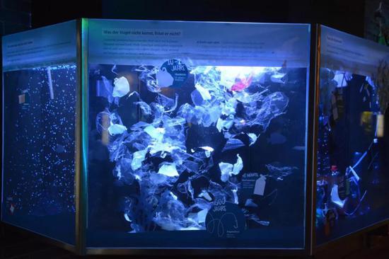 很众水族馆中也展出了关于海洋塑料垃圾的展览,图为柏林动物园水族馆中的塑料垃圾展缸来源丨惠俊博