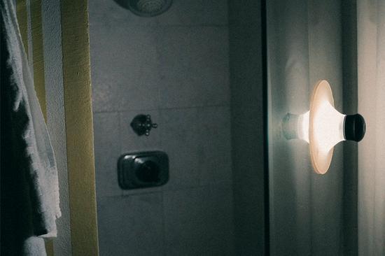 粘在淋浴房外的neozoon吸盘灯
