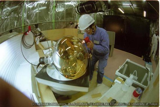 图:超级神冈探测器行使的光电倍添管之一。来源:东京大学宇宙线钻研所