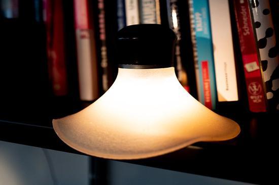 吸附在书架上的neozoon吸盘灯