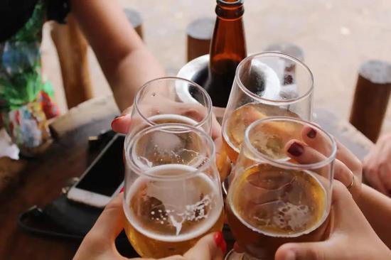 适度地饮酒会增补痴呆症风险。图片来源:Giovanna Gomes/ Unsplash, CC BY
