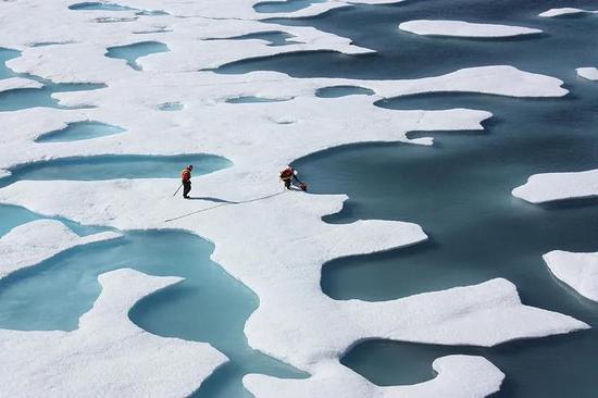 消融的北极海冰。不同于南极大陆,北极总体上是一片海洋。 NASA