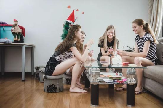 外国少女也爱打中国扑克